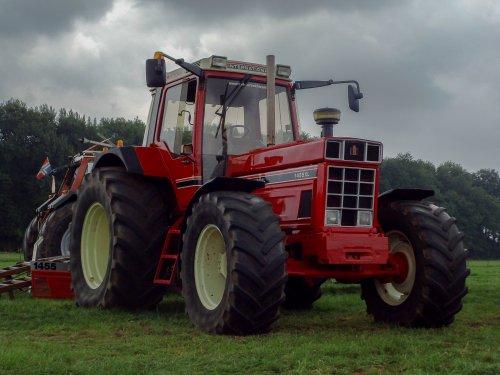 Foto van een International 1455 XL, bezig met poseren.  Trekkertrek Gieten 2014.. Geplaatst door Zetor 3511 op 06-08-2014 om 22:12:09, op TractorFan.nl - de nummer 1 tractor foto website.
