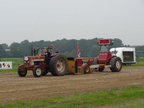 Foto van een International 724, bezig met trekkertrekken.. Geplaatst door robbert7130 op 07-09-2014 om 22:20:35, op TractorFan.nl - de nummer 1 tractor foto website.