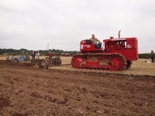 Foto van een International BTD20, bezig met ploegen / eggen. International BTD20 pulling tandem Ransomes 6 furrow TS69 ploughs