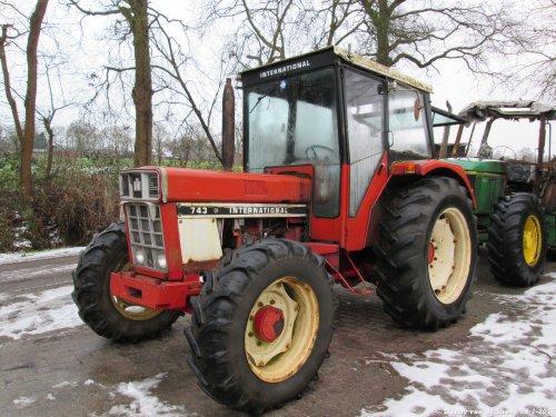 Foto van een International 743, bezig met poseren bij de gebr. Top in Doornspijk.. Geplaatst door danny_ford op 27-01-2015 om 09:48:33, op TractorFan.nl - de nummer 1 tractor foto website.