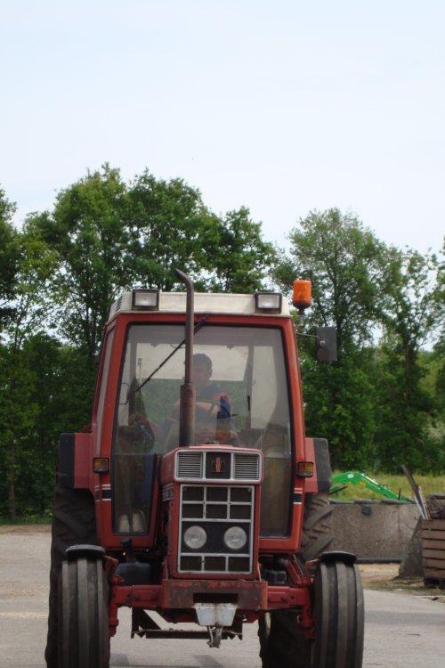 Foto van een International 685 XL, bezig met poseren.. Geplaatst door ih685xl op 04-03-2015 om 19:43:14, op TractorFan.nl - de nummer 1 tractor foto website.