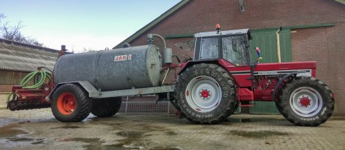Foto van een International 1055, druk bezig met Bemesten. Dagje mest uitrijden.. Geplaatst door Thommie op 02-04-2015 om 21:08:32, met 13 reacties.
