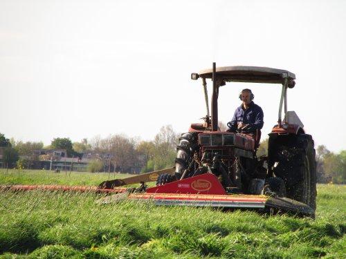Foto van een International 1046, bezig met gras maaien. het eerste gras van 2015 met de 1046. Geplaatst door zetor4ever op 30-04-2015 om 20:15:38, met 18 reacties.