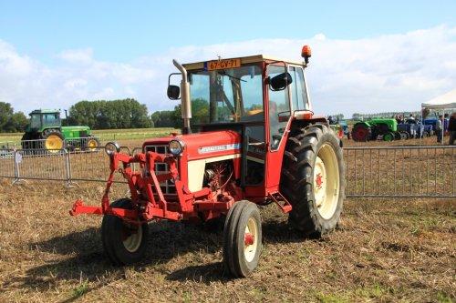 Foto van een International 674, bezig met poseren.. Geplaatst door alfredo op 13-09-2015 om 11:38:10, op TractorFan.nl - de nummer 1 tractor foto website.