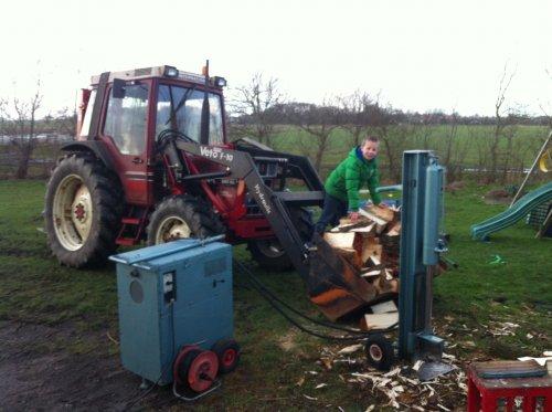Foto van een International 585, bezig met poseren.. Geplaatst door pascal585xl op 21-10-2015 om 21:13:38, op TractorFan.nl - de nummer 1 tractor foto website.