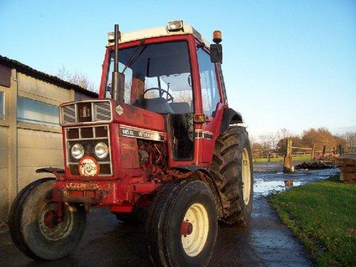 Foto van een International 585 XL. Geplaatst door MF65 op 02-01-2016 om 10:24:35, op TractorFan.nl - de nummer 1 tractor foto website.