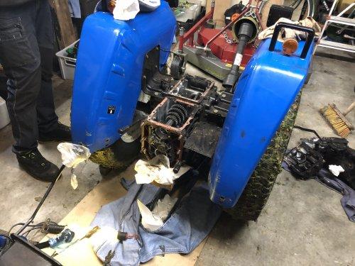 Foto van een Iseki TU 1500 de uitgaande as van de versnellingsbak was versleten hier de foto's van de reparatie   De tractor gesplitst