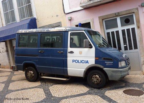 Foto van een Iveco Daily, opgebouwd voor personenvervoer. 02-08-2011 Cascais Policia Portugal. Geplaatst door JaKo op 21-01-2015 om 16:20:50, op TractorFan.nl - de nummer 1 tractor foto website.