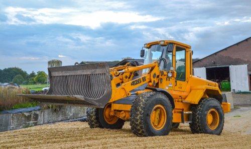 Een JCB 426 B HT is de maiskuil aan het aanrijden. Geplaatst door kees-steyr op 22-10-2017 om 22:15:30, op TractorFan.nl - de nummer 1 tractor foto website.