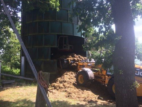 Kuil van de torensilo naar de sleufsilo aan het vervoer. Geplaatst door Wilmer John deere op 11-07-2018 om 19:47:39, op TractorFan.nl - de nummer 1 tractor foto website.