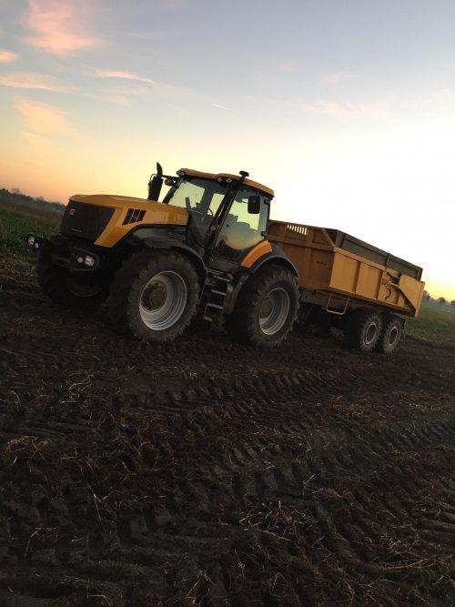 Foto van een JCB Fastrac 8250 voorig jaar aardappel transport ging mooi snel zo , nu al 2,5 weer maand geleden verkocht , was een machtig beest alleen jammer dat er geen vronhef op zat