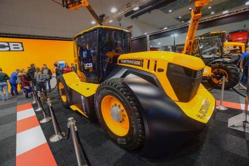 JCB Fastrac 8330 met een snelheid van liefst 214km/h. Geplaatst door jd7920 op 10-12-2019 om 13:45:22, op TractorFan.nl - de nummer 1 tractor foto website.