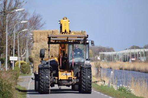 Foto van een JCB Verreiker strotransport Van Dijk strohandel in Noordwijkerhout. Geplaatst door warmerbros op 22-03-2020 om 21:40:29, met 3 reacties.