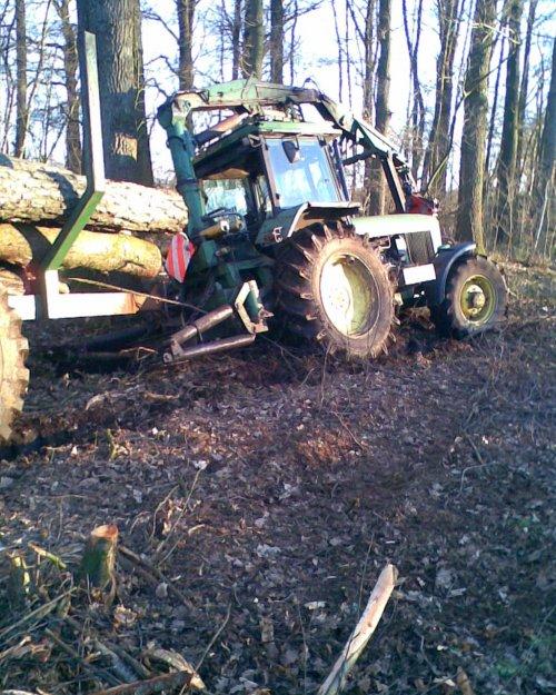 Foto van een John Deere Bosbouw, bezig met vast zitten. en voor alle wijsneuzen die zeggen zet je differentieel slot erop .. het had geen zin meer wand hij zakte op een halve meter weg, had mezelf alleen maar vast gegraven.
