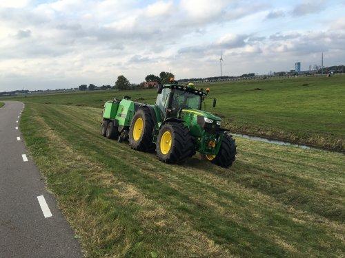 Foto van een John Deere 6150R. Geplaatst door gele velgen op 04-12-2016 om 14:21:28, op TractorFan.nl - de nummer 1 tractor foto website.