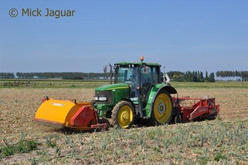 John Deere 6320 met AMAC VRU 1500 uienrooier en MacLouis® loofklapper. Loonbedrijf Paridaen uit Sint Kruis (NL)  Filmpje? -> https://www.tractorfan.nl/movie/46490/