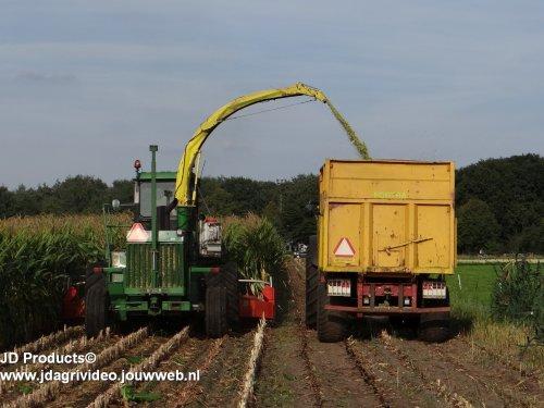 Foto van een John Deere 5830, Bloemendaal uit Elspeet aan het maishakselen. ZIE OOK DE VIDEO https://www.youtube.com/watch?v=wj-54bon34c