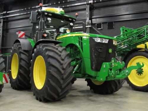 Foto van een John Deere 8335R. Geplaatst door jans-eising op 23-12-2016 om 12:16:57, op TractorFan.nl - de nummer 1 tractor foto website.