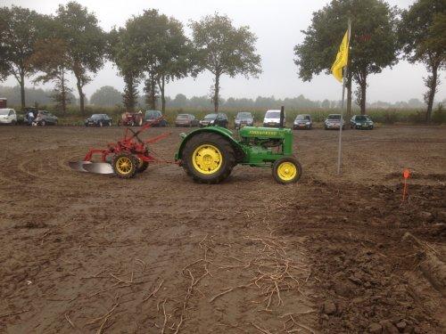 Ploegwedstrijd Reusel 2016 John Deere AR met Massey-Harris 2 schaar palkast ploeg.. Geplaatst door JD-AR op 08-01-2017 om 16:41:00, op TractorFan.nl - de nummer 1 tractor foto website.