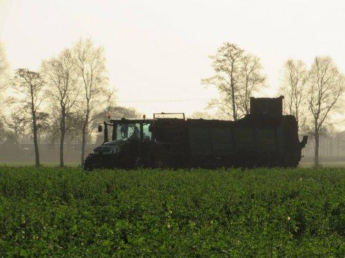 Foto van een John Deere 8335R. Geplaatst door jans-eising op 10-01-2017 om 18:40:39, op TractorFan.nl - de nummer 1 tractor foto website.