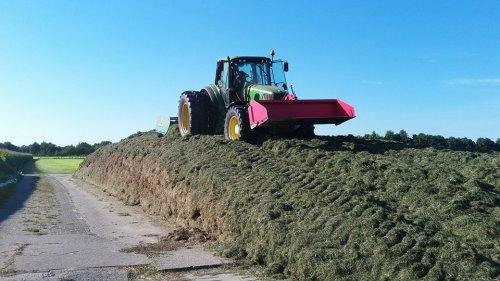 Foto van een John Deere 6520 druk in het gras verdelen.. Geplaatst door remco rooks op 16-01-2017 om 19:07:51, op TractorFan.nl - de nummer 1 tractor foto website.