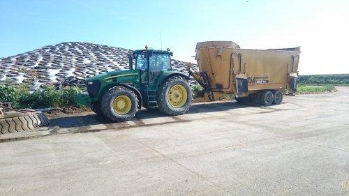 Foto van een John Deere 7930 met USA 1600CF voermengwagen. Ohio USA. Geplaatst door lanz9506 op 20-01-2017 om 11:43:02, op TractorFan.nl - de nummer 1 tractor foto website.