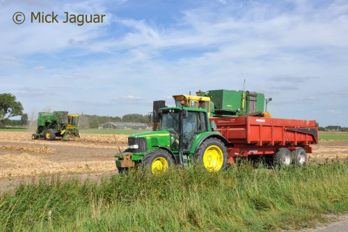 John Deere 6120 met Joskin kipper, bezig met bonen te dorsen.  Filmpje? -> https://www.tractorfan.nl/movie/46979/