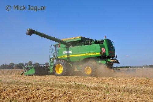 John Deere 9650STS, bezig met tarwe te dorsen. Loonbedrijf Paridaen uit Sint Kruis (NL)  Filmpje? -> https://www.tractorfan.nl/movie/47097/