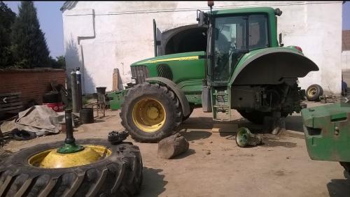 Foto van een John Deere 6820 in de werkplaats, met een klein probleempje. Geplaatst door international533 op 05-03-2017 om 17:43:22, met 3 reacties.
