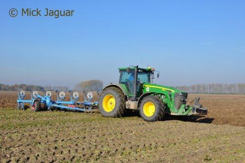 John Deere 8230 met Lemken Tansanit 8 zevenschaarploeg. KMWP Wilhelminapolder (NL) Filmpje? -> https://www.tractorfan.nl/movie/47274/