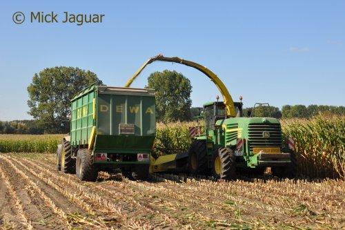 John Deere 7580 ProDrive met Kemper 460 voorzetstuk en DEWA silagewagen. Loonwerken De Deyne uit Maldegem (B)  Filmpje? -> https://www.tractorfan.nl/movie/47320/