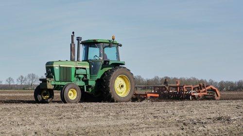 Foto van een John Deere 4630 druk bezig met cultiveren.. Geplaatst door nagd2010 op 25-03-2017 om 23:00:29, op TractorFan.nl - de nummer 1 tractor foto website.