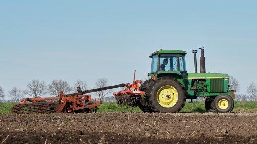 Foto van een John Deere 4630 druk bezig met cultiveren.. Geplaatst door nagd2010 op 25-03-2017 om 23:00:30, op TractorFan.nl - de nummer 1 tractor foto website.