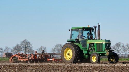 Foto van een John Deere 4630 druk bezig met cultiveren.. Geplaatst door nagd2010 op 25-03-2017 om 23:00:31, op TractorFan.nl - de nummer 1 tractor foto website.