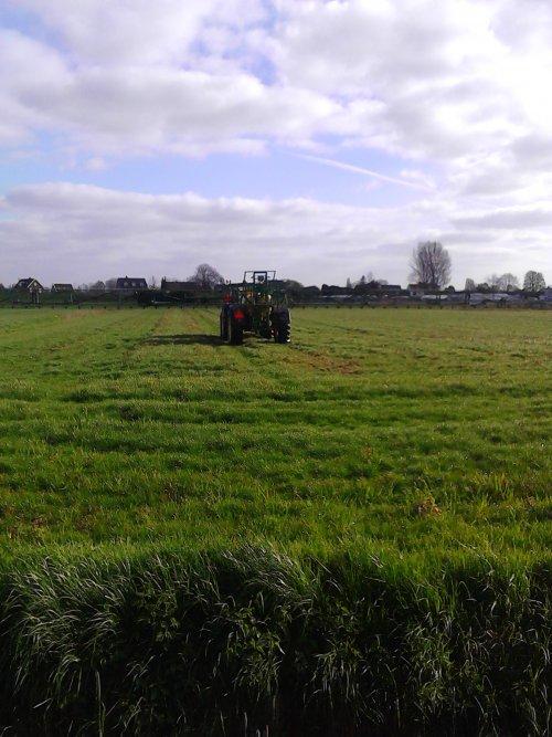 6-4-2016 John Deere 5125R grasland aan het spuiten met een John Deere 624.. Geplaatst door Spek op 06-04-2017 om 19:33:00, op TractorFan.nl - de nummer 1 tractor foto website.