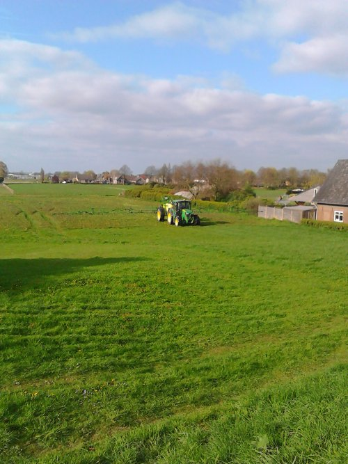 6-4-2016 John Deere 5125R grasland aan het spuiten met een John Deere 624.. Geplaatst door Spek op 06-04-2017 om 19:33:02, op TractorFan.nl - de nummer 1 tractor foto website.