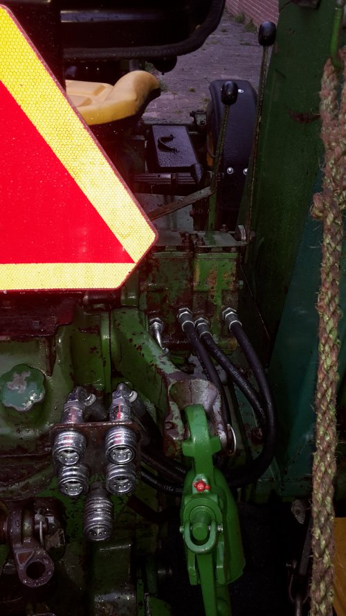 Foto van een John Deere 2020 2 dubbelwerkende ventielen in orde gemaakt.. Geplaatst door Ronald125 op 11-04-2017 om 21:57:46, met 2 reacties.