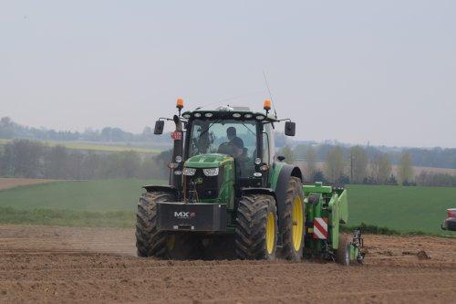 Foto van een John Deere 6210R. Geplaatst door jd7920 op 13-04-2017 om 16:33:41, op TractorFan.nl - de nummer 1 tractor foto website.