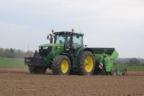 Foto van een John Deere 6210R. Geplaatst door jd7920 op 13-04-2017 om 16:33:50, op TractorFan.nl - de nummer 1 tractor foto website.