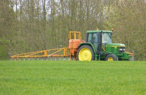 Foto van een John Deere 6110. Geplaatst door Oldtimer-fan op 24-04-2017 om 17:24:29, op TractorFan.nl - de nummer 1 tractor foto website.