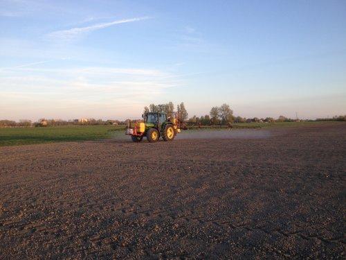 Foto van een John Deere 6400, sproeien op de bieten. Geplaatst door johndeere2030 op 25-04-2017 om 09:34:59, op TractorFan.nl - de nummer 1 tractor foto website.