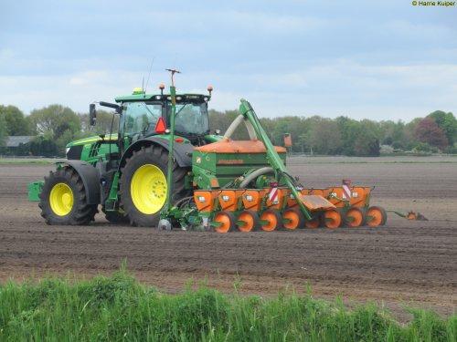 Foto van een John Deere 6175R, Nieuw-Weerdinge 9-5-2017. Geplaatst door oldtimergek op 09-05-2017 om 23:24:47, op TractorFan.nl - de nummer 1 tractor foto website.