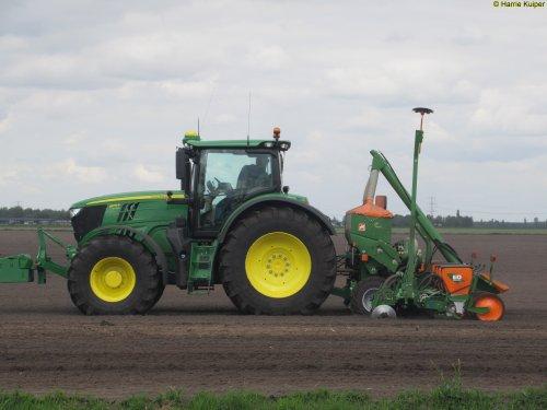 Foto van een John Deere 6175R, Nieuw-Weerdinge 9-5-2017. Geplaatst door oldtimergek op 09-05-2017 om 23:24:48, op TractorFan.nl - de nummer 1 tractor foto website.