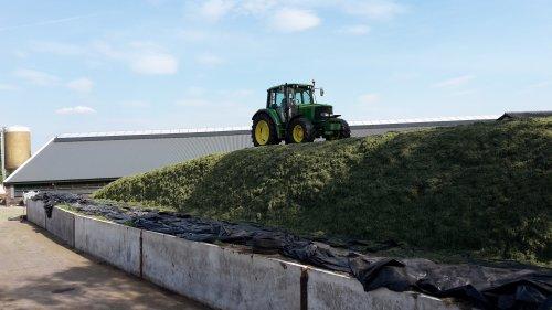 Foto van een John Deere 6120 bult narijden. Geplaatst door cb6520 op 18-05-2017 om 00:12:28, op TractorFan.nl - de nummer 1 tractor foto website.