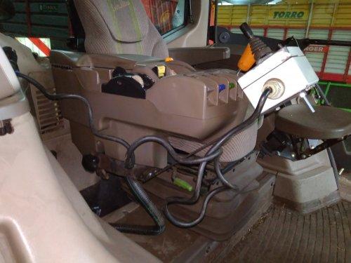 Foto van een John Deere Interieur aparte bediening voor de bemester. Geplaatst door johndeere topper op 23-05-2017 om 22:49:33, op TractorFan.nl - de nummer 1 tractor foto website.