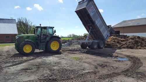 Foto van een John Deere 6150R aan het  mest kiepen. Geplaatst door Quintto op 08-06-2017 om 12:18:36, op TractorFan.nl - de nummer 1 tractor foto website.