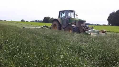 Foto van een John Deere 7530 Premium akkergras maaien op stage in oost duitsland. Geplaatst door jippe op 12-06-2017 om 09:44:52, op TractorFan.nl - de nummer 1 tractor foto website.