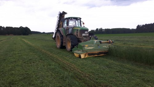 Foto van een John Deere 7530 Premium akkergras maaien op stage in oost duitsland. Geplaatst door jippe op 12-06-2017 om 09:44:54, op TractorFan.nl - de nummer 1 tractor foto website.