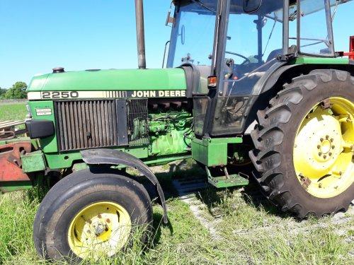 John Deere 2250. Geplaatst door RJMASTERNL02 op 14-06-2017 om 16:56:10, op TractorFan.nl - de nummer 1 tractor foto website.