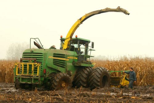 Foto van een John Deere 7000 Serie, bezig met maïs hakselen.. Geplaatst door jochie op 11-04-2008 om 19:45:28, met 11 reacties.